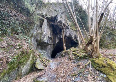 Schieferhöhle von außen